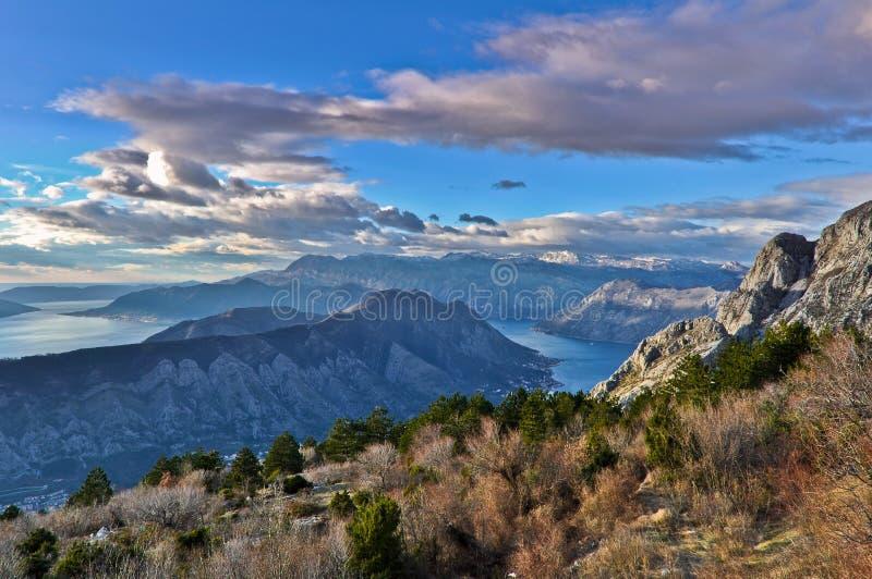 Vista de montanhas da baía de Kotor, Montenegro imagens de stock