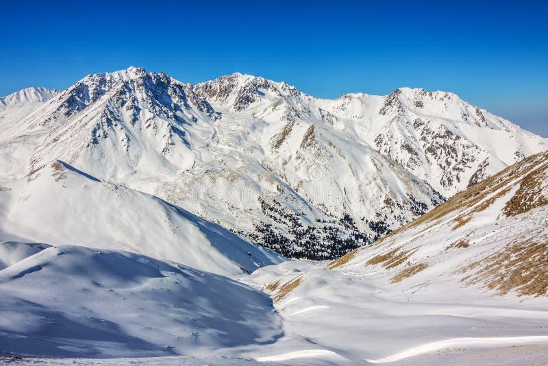 A vista de montanhas do inverno aproxima Almaty em Kazakhstan foto de stock