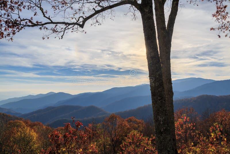 Vista de montanhas do smokey com nuvens imagem de stock