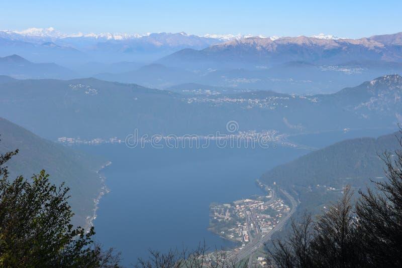 Vista de Monte Generoso para baixo a Lugano e a seu lago imagem de stock royalty free