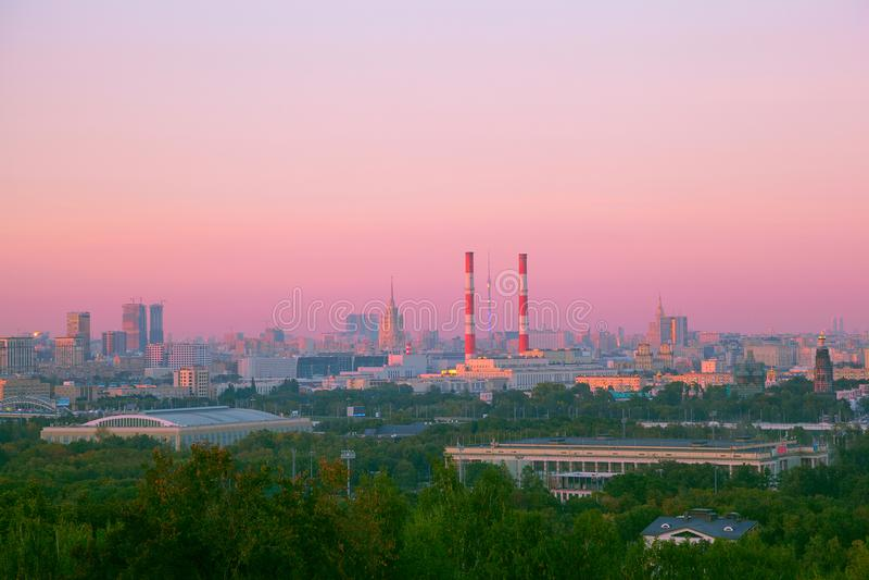 Vista de Moscú con una puesta del sol hermosa imagen de archivo libre de regalías