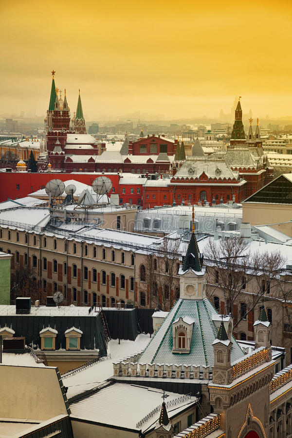 Vista de Moscú hacia el Kremlin en la puesta del sol foto de archivo