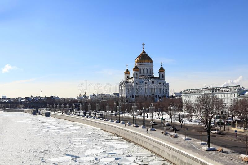Vista de Moscou na mola adiantada Rio de Moscou, Cristo a catedral do salvador e a terraplenagem de Prechistenskaya imagens de stock royalty free