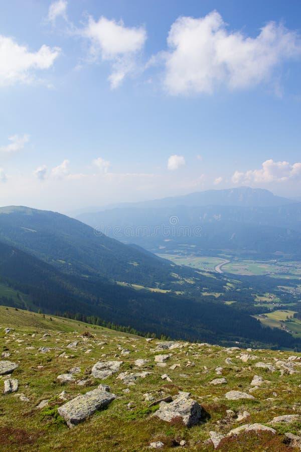 Vista de Mt Mirnock no vale & nas montanhas de Drautal atrás fotografia de stock royalty free