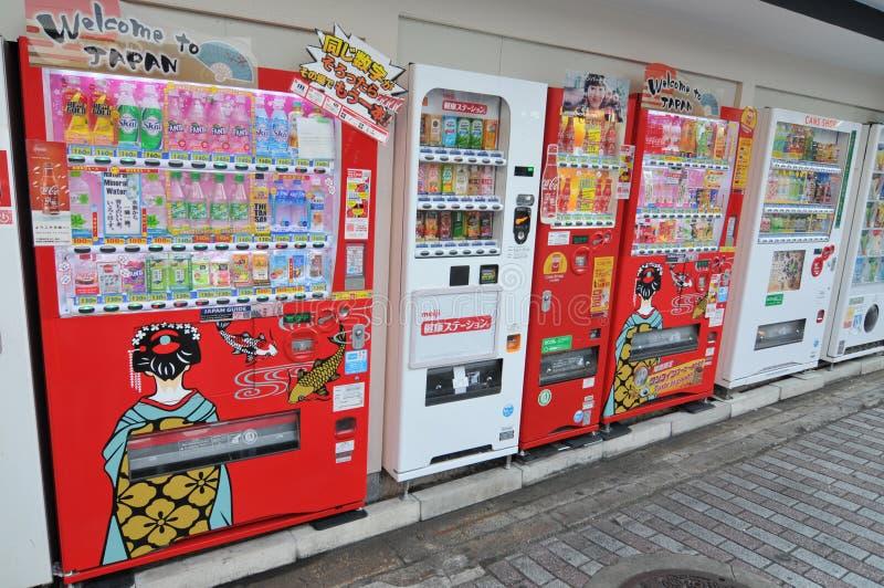 Vista de muchas máquinas expendedoras típicas de la bebida en Kyoto imagenes de archivo