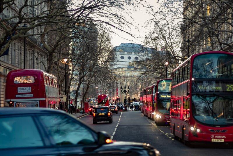 Vista de muchos autobús en las calles de Londres fotografía de archivo libre de regalías