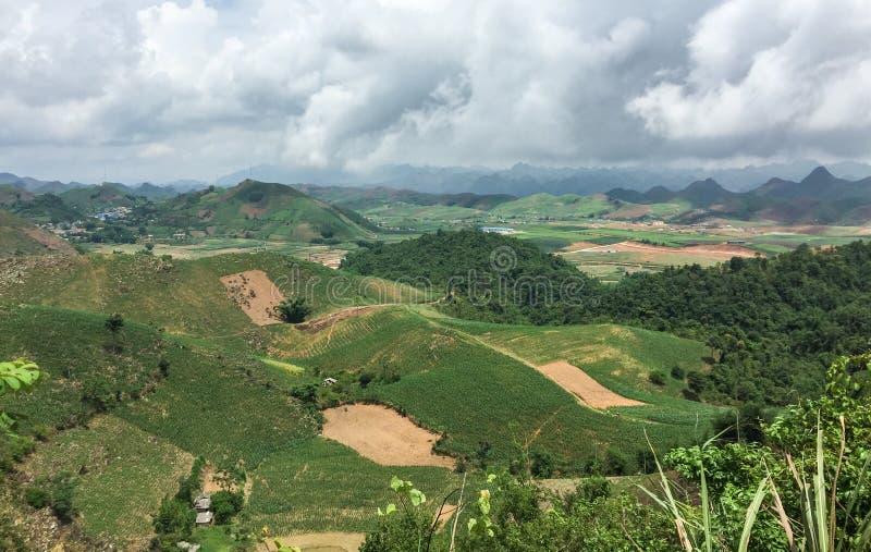 Vista de muitos montes em Thai Nguyen, Vietname foto de stock