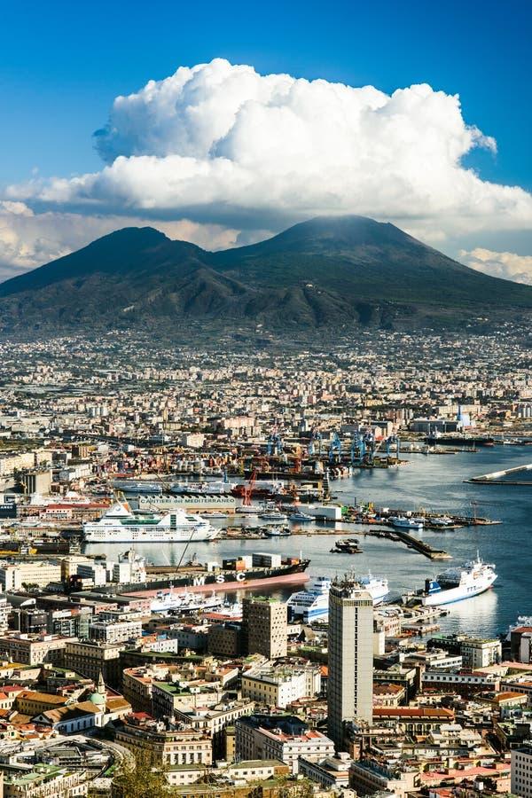 Vista de Nápoles com vulcão do Vesúvio, Campania, Itália foto de stock royalty free