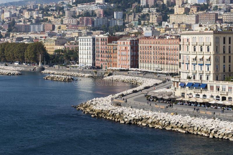 Vista de Nápoles del mar, casas a lo largo de la costa imagen de archivo