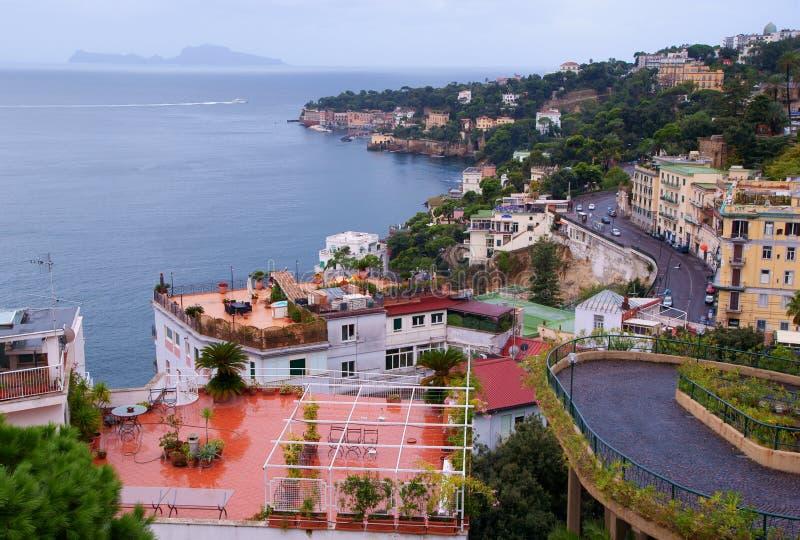 Vista de Nápoles y de la isla de Capri foto de archivo