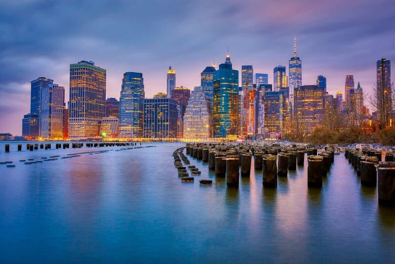 Vista de New York City que negligencia o East River do parque da ponte de Brooklyn foto de stock royalty free