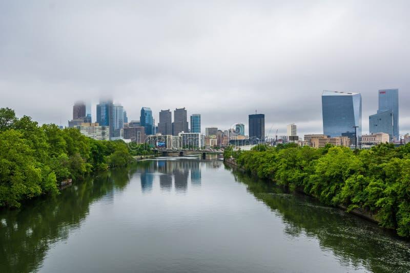 Vista de niebla del horizonte de Philadelphia y del r?o de Schuylkill en Philadelphia, Pennsylvania fotos de archivo libres de regalías
