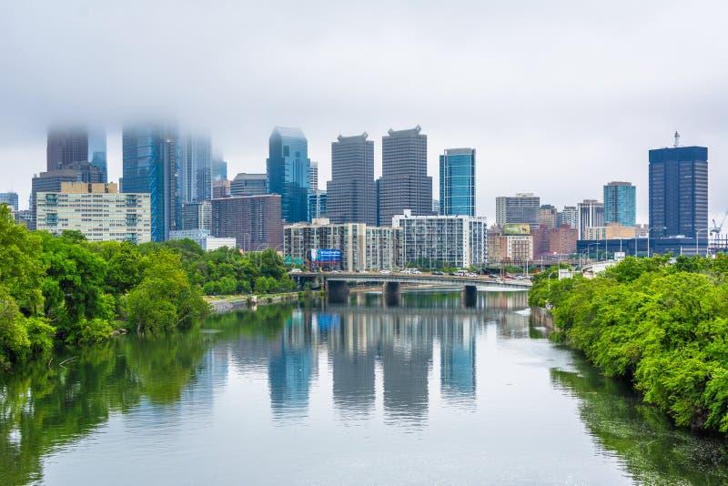 Vista de niebla del horizonte de Philadelphia y del r?o de Schuylkill en Philadelphia, Pennsylvania foto de archivo libre de regalías
