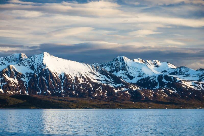 Vista de Noruega do norte perto de Alta imagem de stock