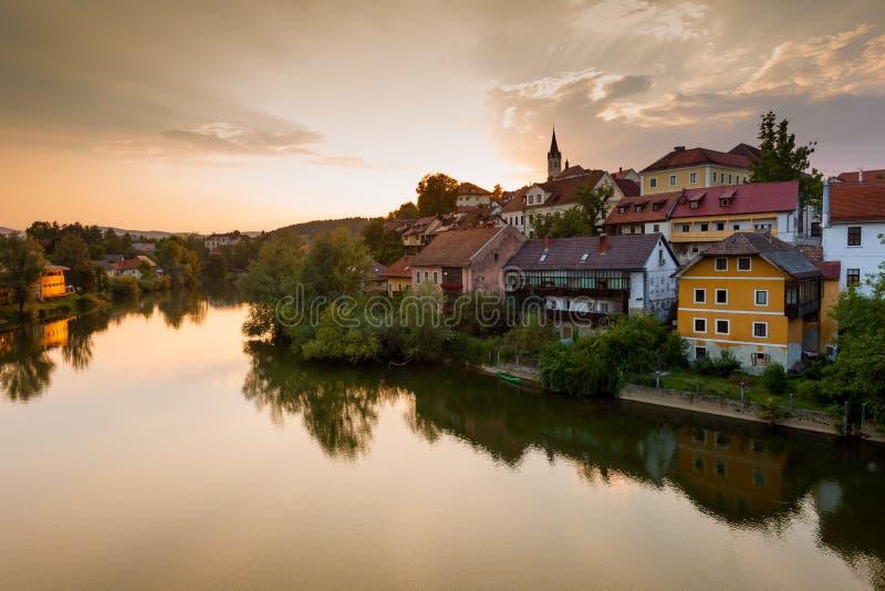 Vista de Novo Mesto e do rio Krka slovenia foto de stock