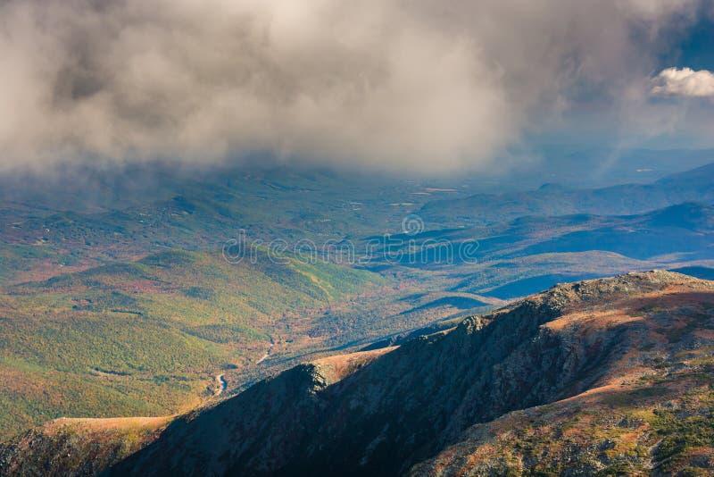 Vista de nubes bajas sobre las montañas distantes del soporte Washington, fotos de archivo libres de regalías