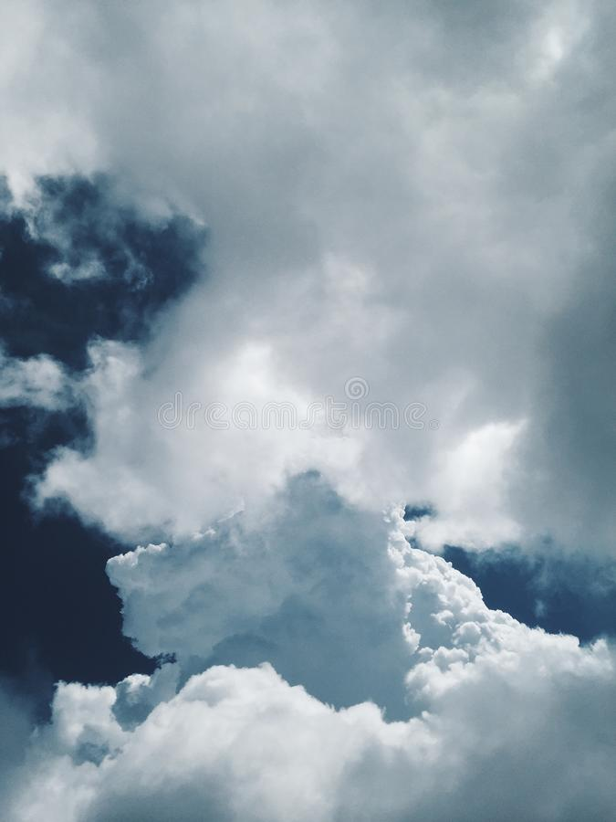 Vista de nubes hermosas en el cielo foto de archivo