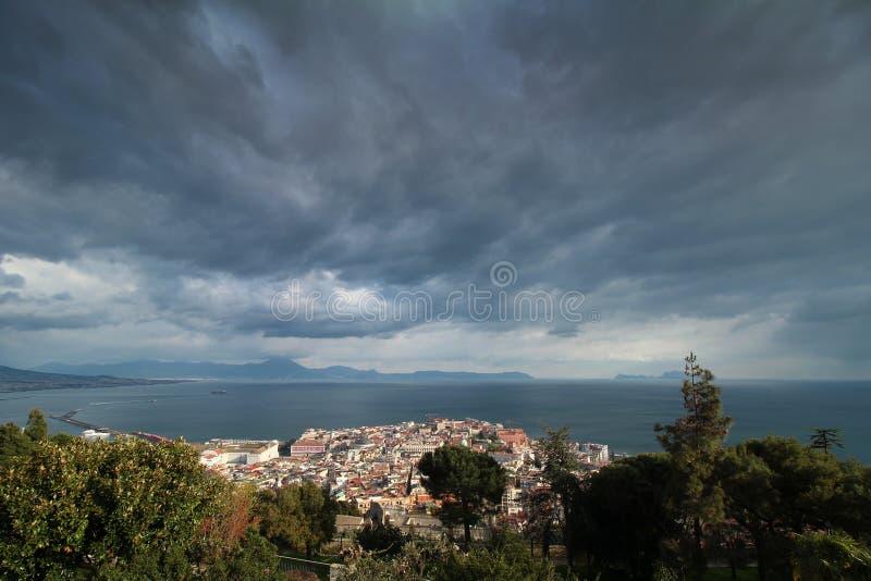 Vista de nubes oscuras sobre Nápoles imágenes de archivo libres de regalías