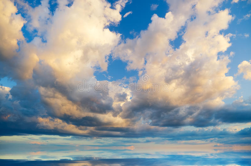 Vista de nuvens do temporal. fotografia de stock royalty free