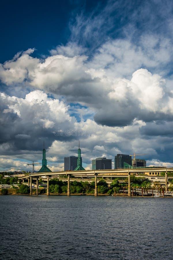 Vista de nuvens dramáticas sobre o rio de Williamette, em Portland, imagem de stock royalty free