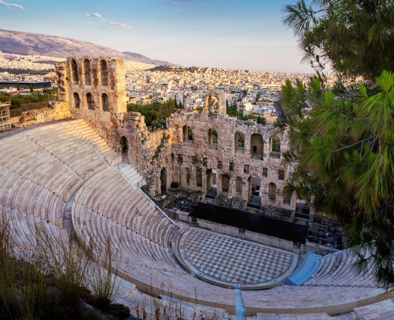 Vista de Odeon do teatro do Atticus de Herodes no monte da acrópole, Atenas, Grécia, negligenciando a cidade no por do sol imagens de stock royalty free