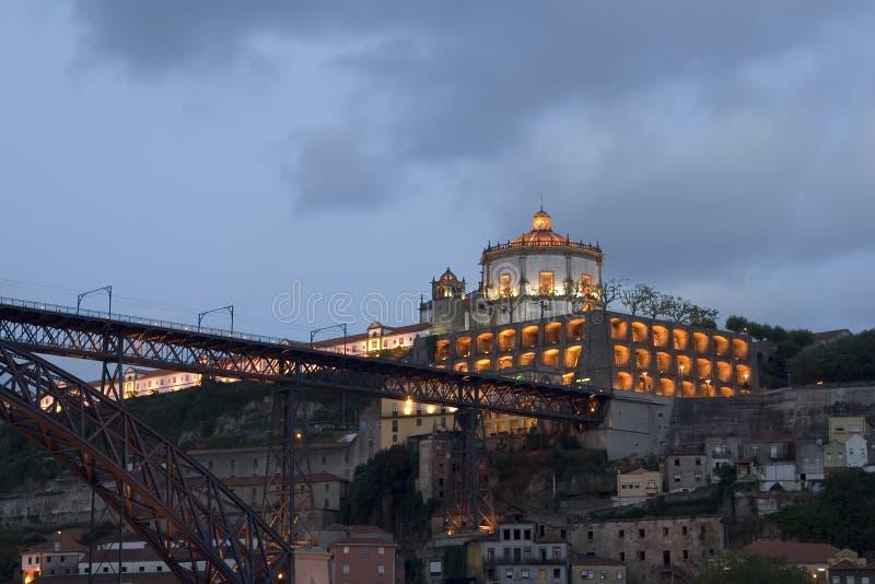 Vista de Oporto en la oscuridad imagen de archivo