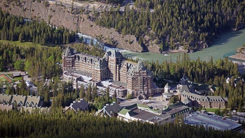 Vista de pájaro del Fairmont famoso Banff Springs Hotel imagen de archivo libre de regalías