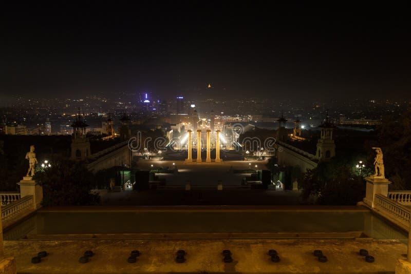 Vista de Palau Nacional para as quatro colunas e Placa d Espanya na noite em Barcelona imagem de stock royalty free