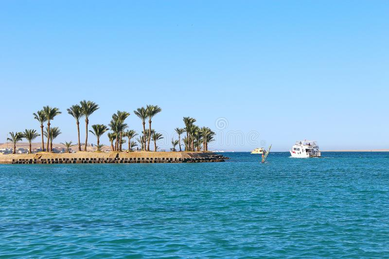 A vista de palmeiras tropicais da ilha e o passeio enviam no mar Console do paraíso fotos de stock royalty free