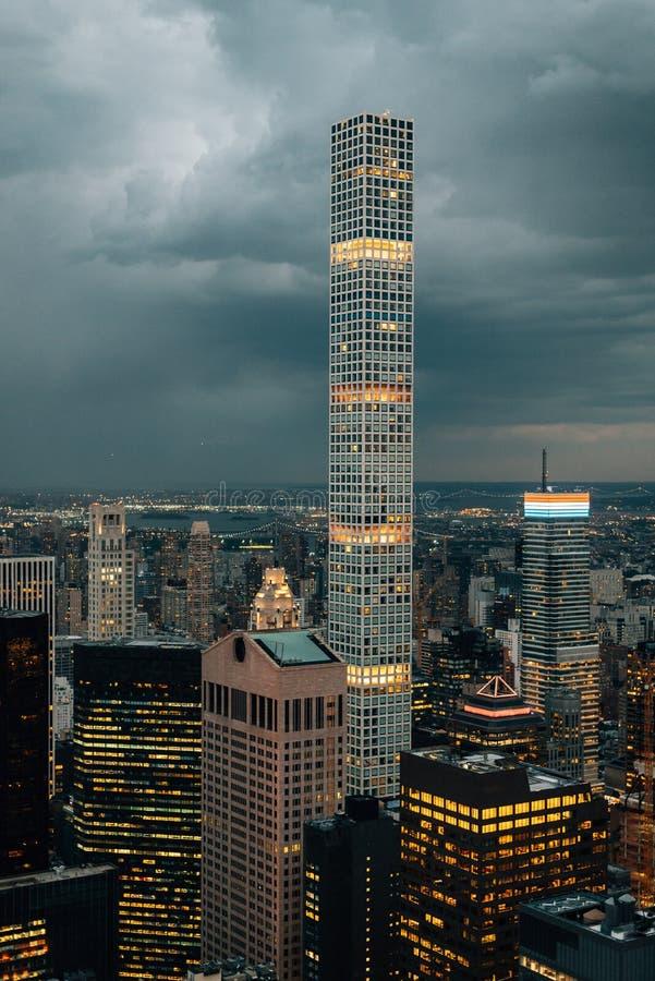Vista de 432 Park Avenue e constru??es no Midtown Manhattan na noite, em New York City fotografia de stock royalty free