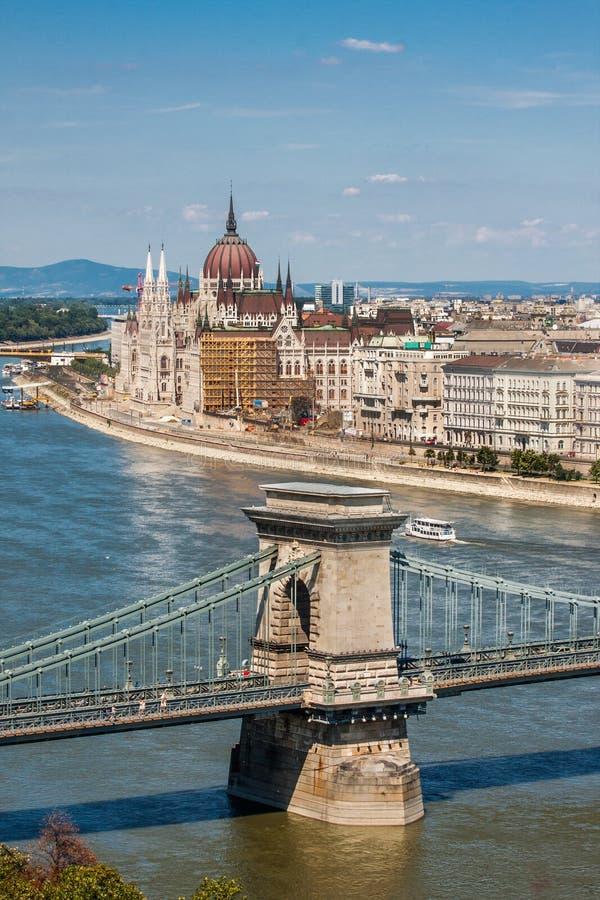 Vista de Parliamentand y del puente de cadena, Budapest Hungría, foto de archivo