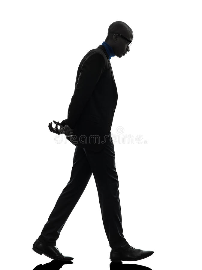Vista de passeio do homem negro africano abaixo da silhueta fotografia de stock
