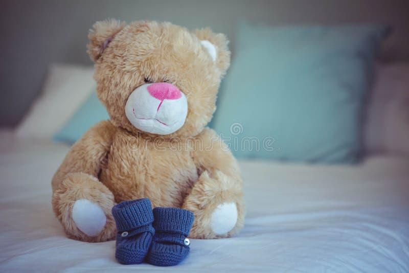 Vista de peúgas do urso e do bebê de peluche foto de stock