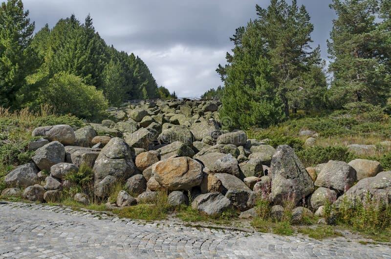 Vista de pedras grandes do granito do rio de pedra no rio rochoso de uma distância na montanha do parque nacional de Vitosha fotos de stock royalty free