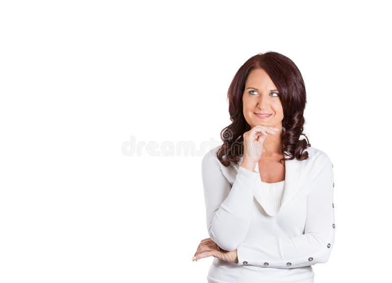 Vista de pensamento da mulher bonita feliz acima fotos de stock