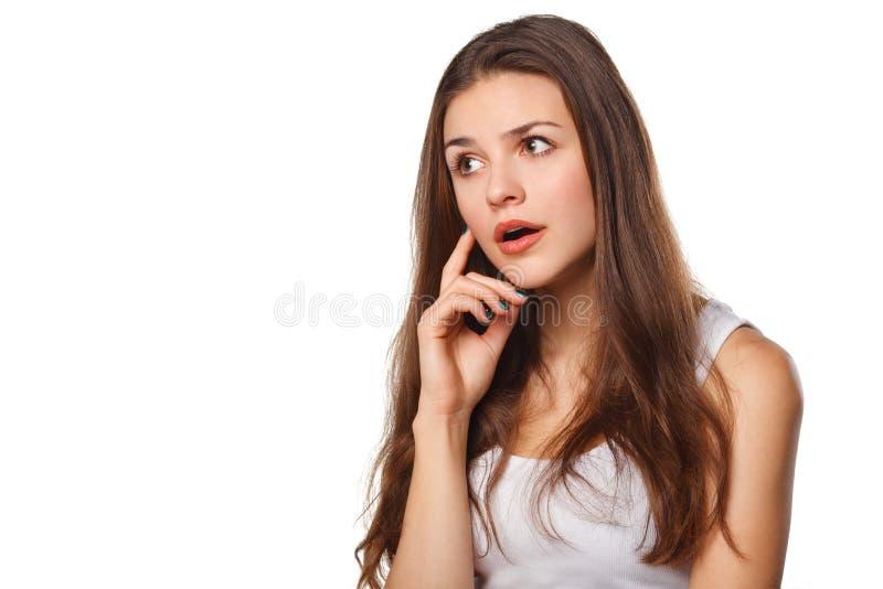 Vista de pensamento da mulher bonita nova ao lado no espaço vazio da cópia, isolado sobre o fundo branco imagens de stock royalty free