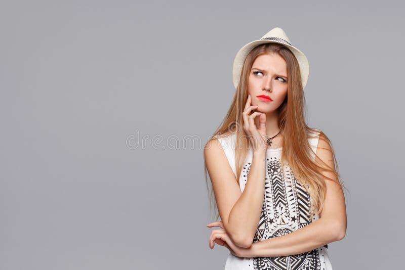 Vista de pensamento da mulher bonita nova ao lado no espaço vazio da cópia imagem de stock royalty free
