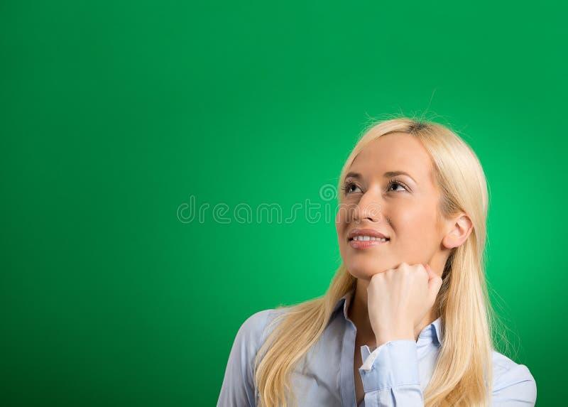 Vista de pensamento da mulher loura bonita feliz acima imagem de stock