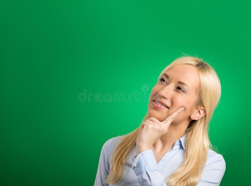 Vista de pensamento da mulher loura bonita feliz acima fotografia de stock