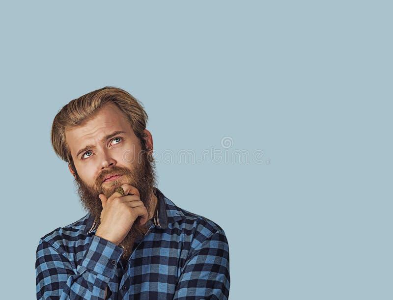 Vista de pensamento do homem cético confuso acima fotos de stock