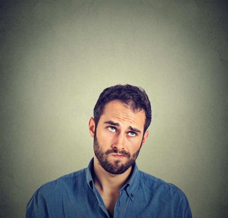 Vista de pensamento do homem cético confuso engraçado acima foto de stock royalty free