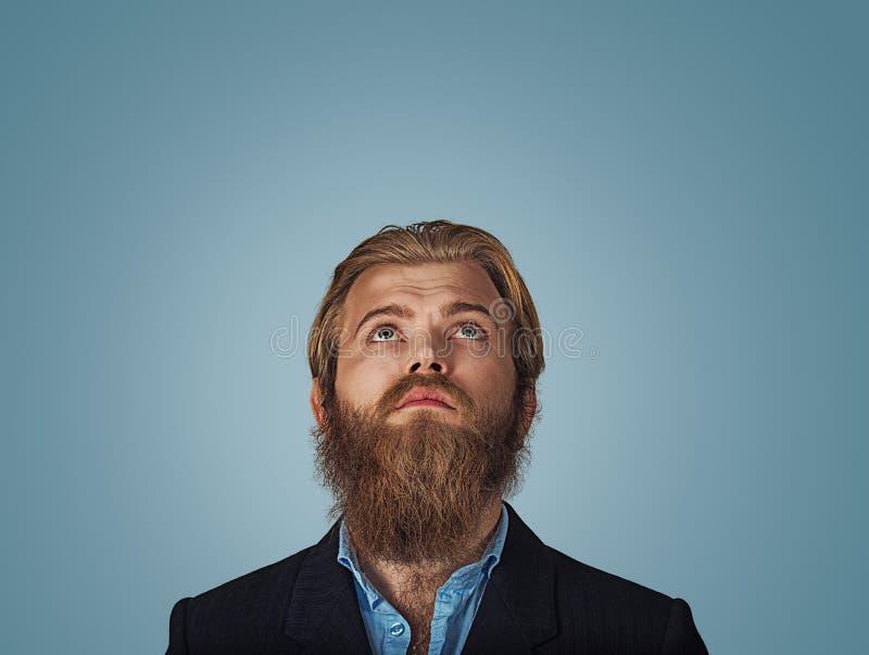Vista de pensamento do homem confuso do Headshot acima imagens de stock