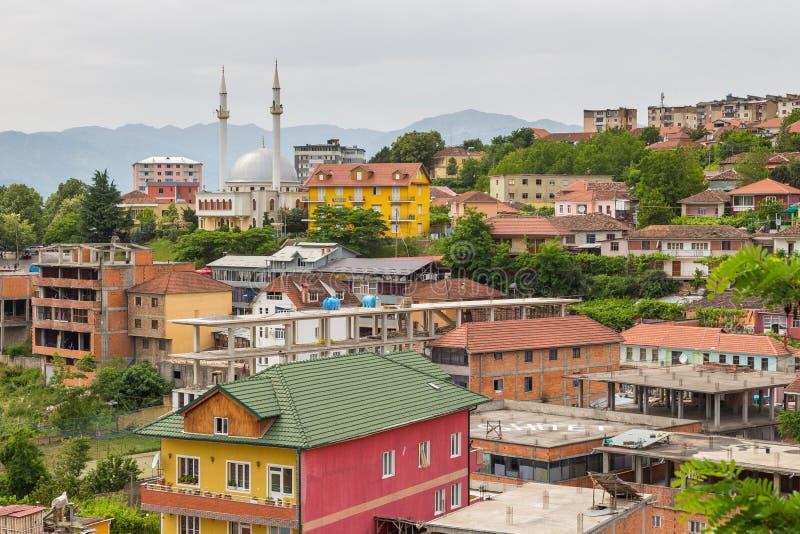 Vista de Peshkopi da cidade velha com mesquita, Albânia imagem de stock royalty free