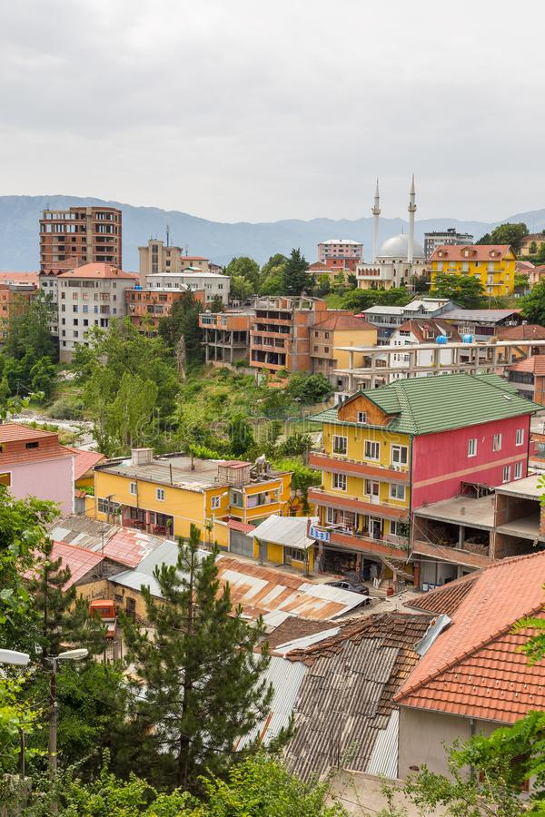 Vista de Peshkopi da cidade velha com mesquita, Albânia foto de stock royalty free