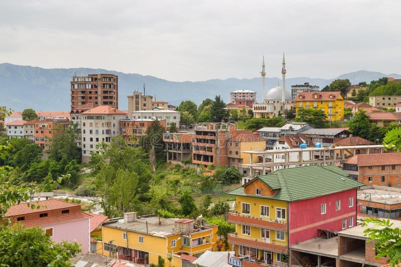 Vista de Peshkopi da cidade velha com mesquita, Albânia imagens de stock royalty free