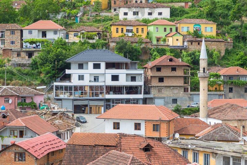 Vista de Peshkopi da cidade velha com mesquita, Albânia imagens de stock