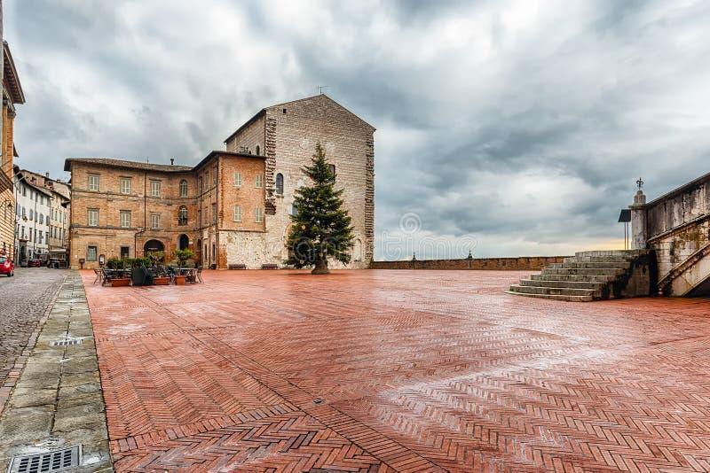 Vista de Piazza Grande, quadrado principal em Gubbio, Itália imagem de stock royalty free