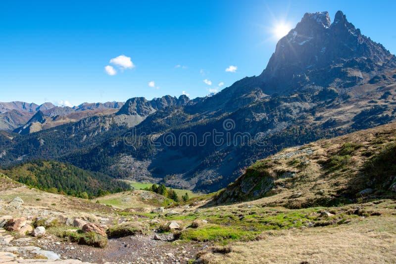 Vista de Pic du Midi famoso Ossau en las montañas francesas de los Pirineos fotos de archivo libres de regalías