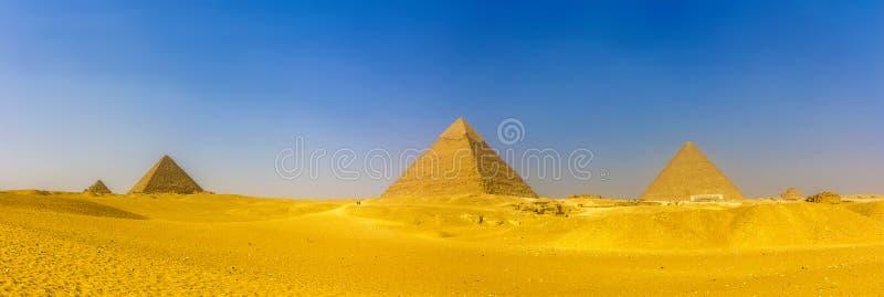 Vista de pirámides en Giza: Las pirámides de las reinas, la pirámide de Menka imágenes de archivo libres de regalías