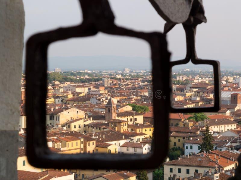 Vista de Pisa de la torre inclinada a través de las manijas del metal foto de archivo